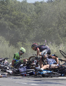 Tour de France stoppet etter stygt krasj i lyktestolpe