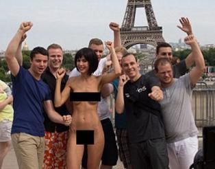 Kunstner arrestert etter � ha posert naken med turister i Paris