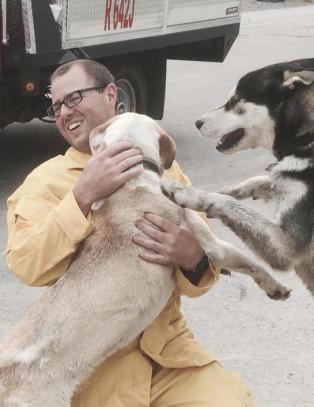 Hundene ble forlatt i skogbrann. Slik takket de mannen som reddet dem