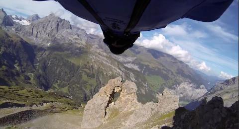 Her skal han fly gjennom den dr�ye to meter brede fjellsprekken