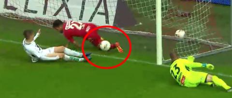 Dommeren: - Har ikke sett bevis p� at ballen er inneDagbladets fotballekspert: - Alle dommerne M� ta synstest