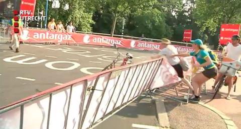 Postmannen ble nektet � levere under Tour de France. Da gikk han til angrep p� vaktene