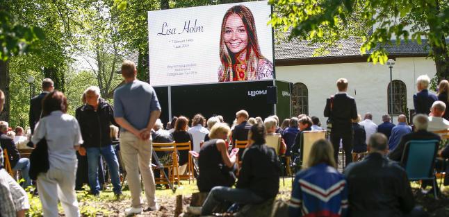 I dag tok hundrevis farvel med Lisa Holm (17), n�yaktig en m�ned etter at hun sendte faren en siste SMS