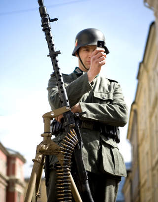FOREVIGELSE: P� et filmsett der tida er skrudd omhyggelig tilbake, oppst�r det enkelte absurde �yeblikk, som n�r denne nazisoldaten drar fram mobilkameraet sitt.