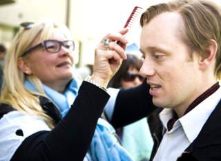 MAX VIKER: En ansatt i det danske sminke- og h�rteamet passer p� at vikene i parykken til Hennie likner Max Manus sine.