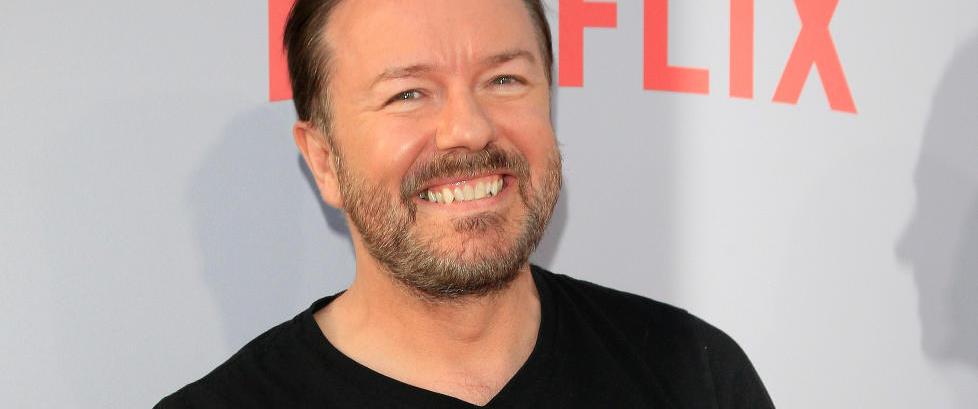 Ricky Gervais støtter dronning Elizabeth: - Jeg ligna på Hitler da jeg var syv