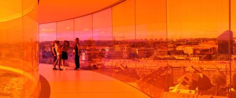 Her g�r du i en 150 meter lang sirkelformet glassgang med fargerik utsikt over hele �rhus