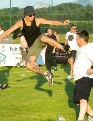 Hooligans stormet banen og angrep motstanderens fans med kung fu-spark