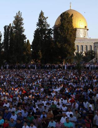 Israelsk politi gikk inn i hellig mosk� i Jerusalem etter rakettangrep.