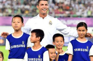 Her blir det kaos i rekkene. Alle ville st� med Ronaldo
