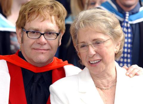 Elton John og mora har ikke snakket sammen p� sju �r - n� har hun blitt venn med hans dobbeltgjenger
