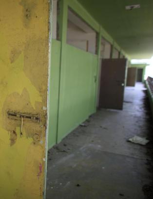 Ber �yparadis stenge skoler og sparke l�rere for � unng� konkurs