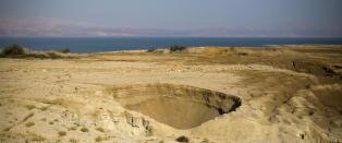 Bildene viser hvordan D�dehavet er i ferd med � d�. Flere hundre synkehull sluker bredden