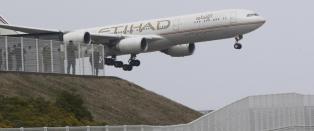 Australier ble plassert ved siden av overvektig person p� flyet. N� saks�ker han selskapet for 1,3 millioner