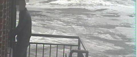 Da kvinnen kom ut fra badet etter fem-ti minutter, hadde tyven forsynt seg og dratt igjen