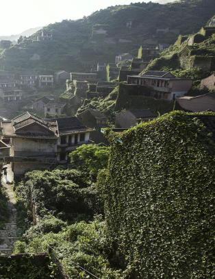 Naturen tar tilbake den forlatte kinesiske landsbyen ett hus av gangen