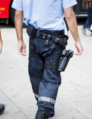 Politiet bekrefter at v�pnene deres er ladd