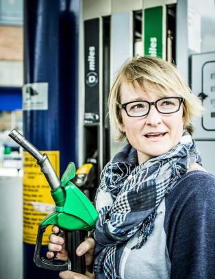 Oljeprisen dobbelt s� h�y for et �r siden, likevel g�r bensinprisene opp hver mandag