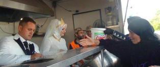 Tyrkisk par droppet bryllupsfesten - ga mat til 4000 syriske flyktninger