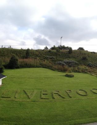 Kurt Olav klippet Liverpool inn i gressplenen. Det ville ikke naboen Rune ha noe av - og flyttet