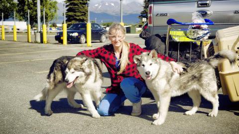 TUR: Blomseth og hundene Nanni og Nanook på flyplassen i Alaska. Turen i den amerikanske villmarka ble forkortet, men 21-åringen bruker i stedet sommeren ute i den norske naturen i Finnmark. Foto: Privat