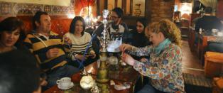 � drikke te i huler omgitt av draperier og vannpiper, er blitt det hotteste i den spanske byen