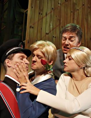 Inviterer Mette-Marit og Haakon til parodi om kongehuset