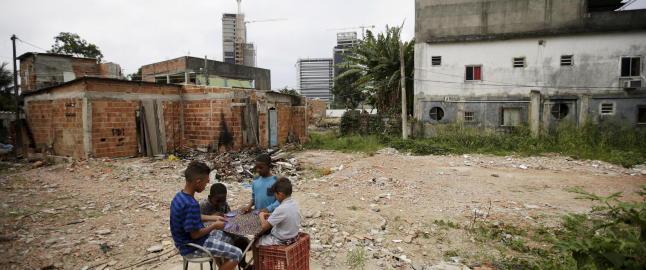 Noen f� familier nekter � vike for luksusboliger og OL-entrepren�rer i Rio