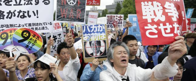 120 000 protesterer vilt i Tokyo:  �Krigslov� kan sende japanske soldater i strid for f�rste gang siden andre verdenskrig