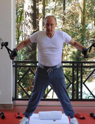 Ny fotoserie av Putin og Medvevev: Pumper jern og drikker te i sommerpalass
