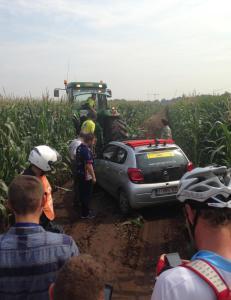 Jurybil kj�rte i gr�fta. M�tte hentes av traktor