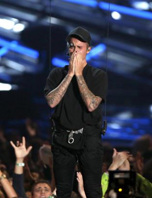 Justin Bieber brøt sammen i tårer på scenen