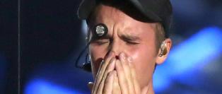 Bieber br�t sammen i t�rer p� scenen