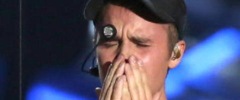 Justin Bieber br�t sammen i t�rer p� scenen