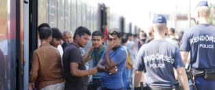 Stoppet overfylt tog og holdt igjen asyls�kere