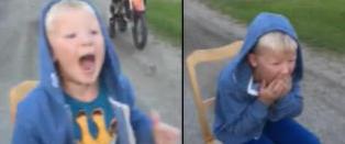 Her trekker Henning (8) tanna til Elias (7) med motorcrosseren