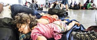Her m� over hundre barn sove p� betonggulvet i natt