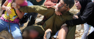 Da den israelske soldaten fors�kte � arrestere en palestinsk gutt kastet barnets familie seg inn i kampen