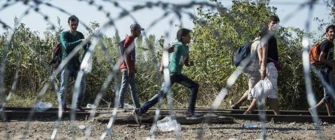 - Nylig s� vi en syrisk far som tviholdt p� sine barn og gr�t av lettelse da de reddet seg i land