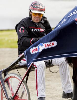 F�ler seg ikke kompetent nok. Lar fransk kusk kj�re norsk hest i kamp om 4,5 millioner