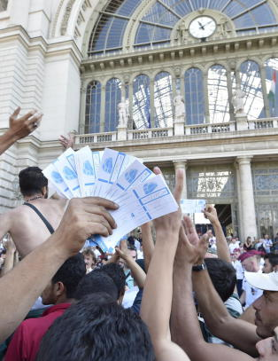 - Tog stappfullt med flyktninger og migranter har kj�rt fra stasjonen i Budapest med kurs mot �sterrike