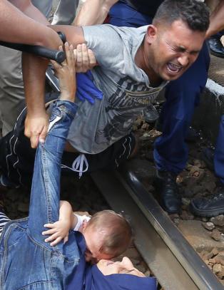 Media beordres bort fra flyktningtog i Ungarn