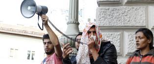 Hundrevis av flyktninger og migranter har begynt � g� til fots fra Budapest til �sterrike