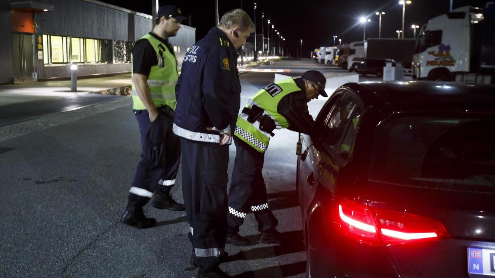 SVINESUND : Her stanser tollvesen og politi to biler som hadde plukket opp fire syrere i Sverige som skulle bli kjørt til Oslo. Foto: Heiko Junge / NTB scanpix