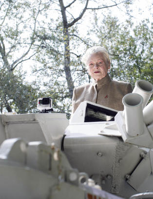 Her ankommer dama bak 70-tallets punkmote David Camerons hjem i en tanks