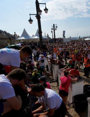 Foran et folkehav p� Sitges' flotteste plass feires vinh�sten med druetr�kkekonkurranse
