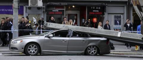 Vitner om den knuste bilen: - F�reren ramla ut, reiv opp d�ra og fikk barnet ut