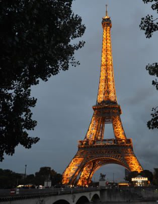 Hvis du �nsker � finne den romantiske dr�mmen om Paris er den ene siden bedre enn den andre
