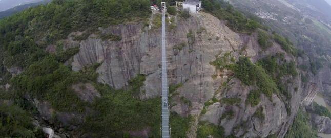 �De modige menns bru� er laget av glass, og n�r du g�r over ser du 180 meter rett ned