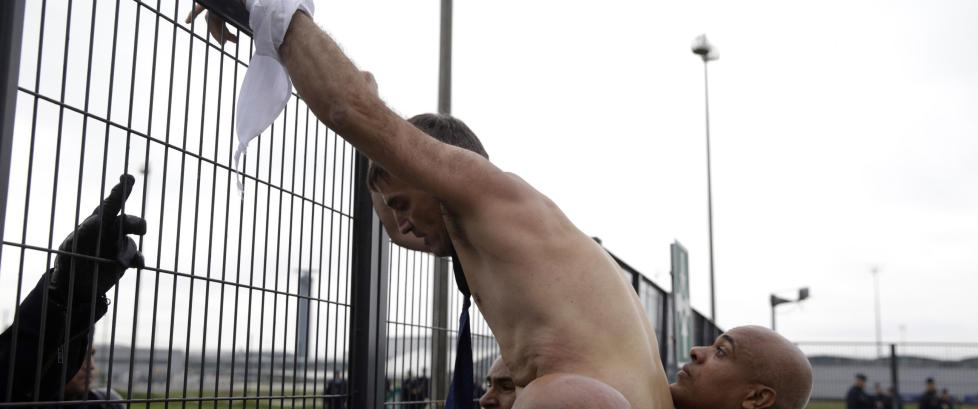 River kl�rne av toppsjefene: Halvnakne m� de r�mme fra rasende demonstranter